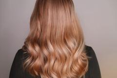 Mehukas persikkainen vaalea , toteutettu Sim Sensido- vaalennuksella sekä Nordic Shades taittosävyillä .Tekijänä Katariina